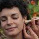 Reflexzonen am Ohr stimulieren mit dem Stift Fineliner