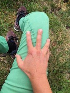 Erster Schritt beim Üben ohne Massageroller über deinen Oberschenkel mit der flachen Handstreichen