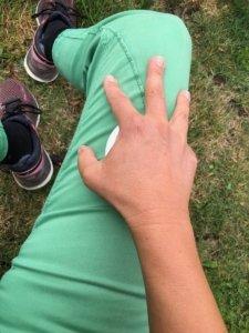 Nimm den Massageroller unter die Hand und übe nun mit dergleichen Handhaltung