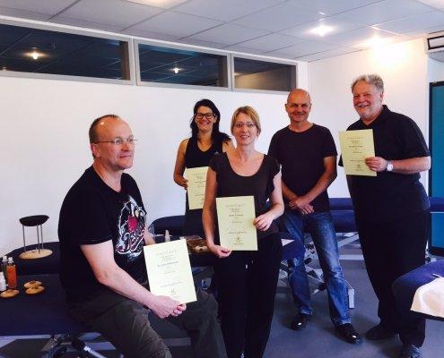 Zufriedene Teilnehmer des JOYA Basis Seminares mit den Urkunden und dem Seminar Leiter