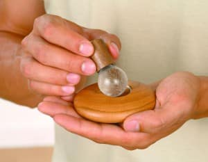 Bild zeigt wie man eine JOYA Massagekugel aus dem JOYA Classic Massageroller entnimmt