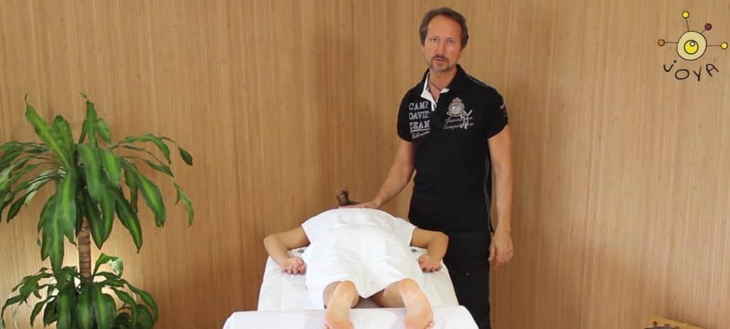 Der JOYA Massagekurs hier erklärt der Seminarleiter wie der Klient gelagert werden soll