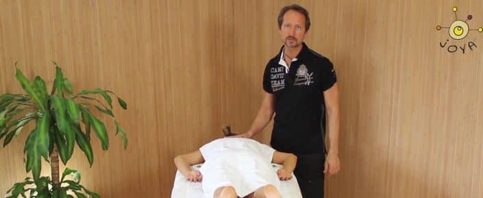 JOYA Lehrer erklärt die Lagerung des Klienten während der Massage