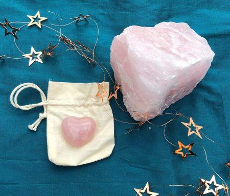 Der Rosenquarz einer der beliebtesten Edelsteine- steht für Harmonie das Set besteht aus einem großem Rohstück und einem geschliffenen Herz