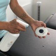 Am Besten man reinigt nach jeder Ölmassage alle Tools und Flächen mit dem JOYA Desinfektionsmittel. hier zu sehen.
