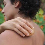 So kann man sich selbst die Schulter massieren. Mit dem JOYA Classic Massageroller.