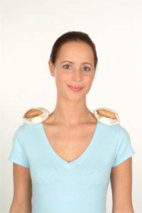 Die Wärmesäckchen werden auf die Schultermuskulatur gelegt um diesen Bereich und den Massageroller vor der Anwendung zu erwärmen