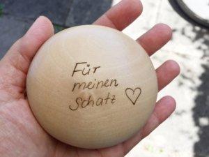 Die Botschaft - für meinen Schatz - auf dem JOYA Classic Body Massageroller aus Holz
