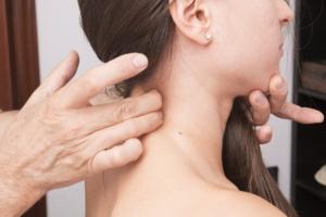 Triggerpunkt finden an der Halswirbelsäule